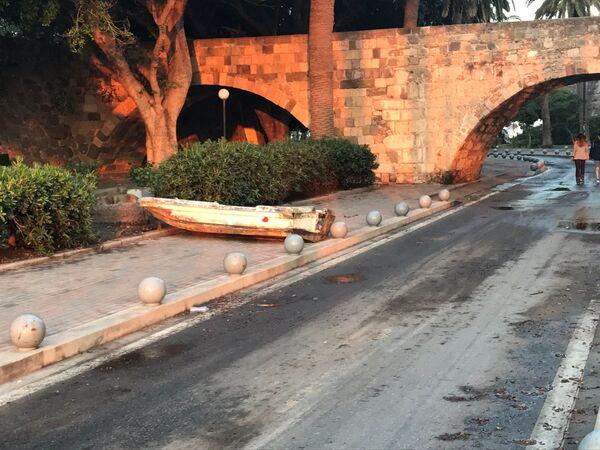 Łódka na uboczu drogi po trzęsieniu ziemi na greckiej wyspie Kos - Sputnik Polska