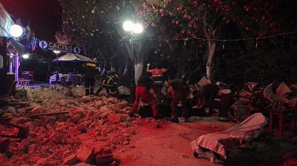 Ratownicy medyczni i strażacy oczyszczają drogi po trzęsieniu ziemi na greckiej wyspie Kos - Sputnik Polska