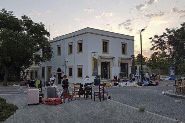 Ludzie ze swoimi rzeczami na ulicy po trzęsieniu ziemi na greckiej wyspie Kos - Sputnik Polska