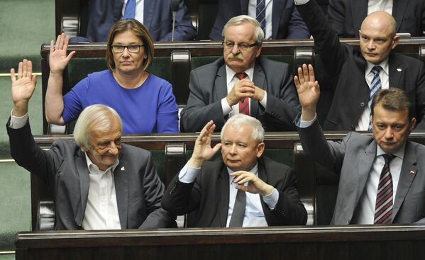 Lider partii PiS Jarosław Kaczyński głosuje za przyjęciem reformy sądownictwa w Warszawie - Sputnik Polska