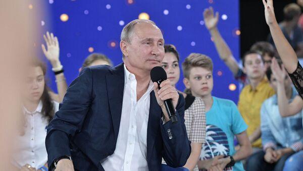 """Prezydent Rosji Władimir Putin podczas spotkania z wychowankami ośrodka """"Sirius - Sputnik Polska"""