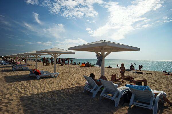 Urlopowicze na plaży na terytorium Tarchankutskiego Parku Przyrodniczego. - Sputnik Polska