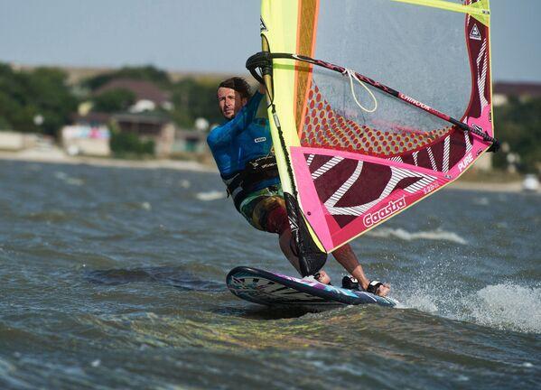 Na Tarchankut przyjeżdża wielu miłośników windsurfingu i kitesurfingu, którym na rękę jest położenie geograficzne parku i tutejsze wiatry zmieniające kierunek dwa razy na dobę. - Sputnik Polska
