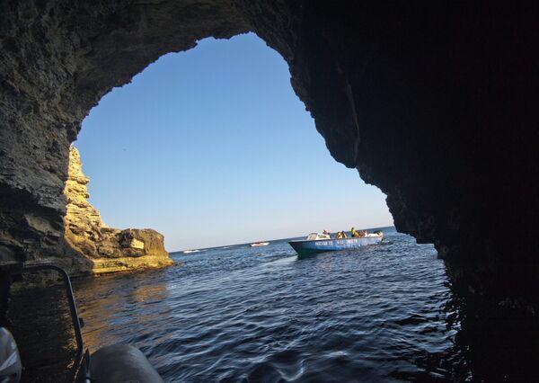 """Tarchankut jest """"mekką"""" dla miłośników divingu. Początkujący nurkowie mogą zapoznać się z podwodnymi mieszkańcami półwyspu i odwiedzić podwodną """"Aleję wodzów"""", a zawodowcy mogą zbadać podwodne groty i jaskinie, w które obfituje tarchankutskie wybrzeże. Miłośnicy ekstremalnych wrażeń mogą obejrzeć pod wodą zatopione statki. - Sputnik Polska"""