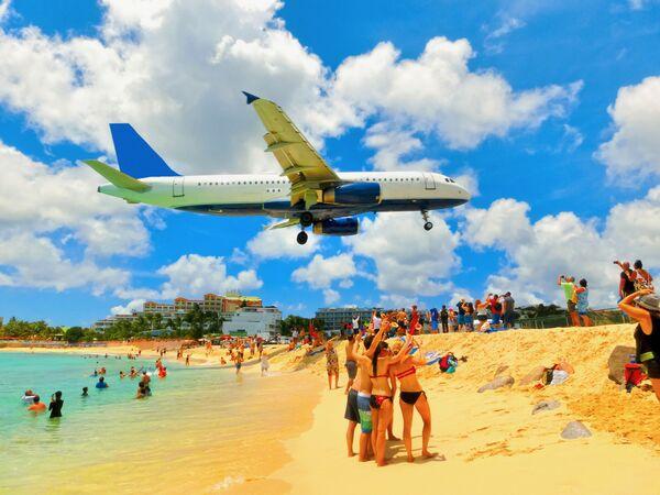 Samolot podczas lądowania na międzynarodowym lotnisku im. księżniczki Juliany na wyspie Saint Martin - Sputnik Polska