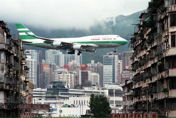 Samolot podczas lądowania na hongkongskim lotnisku Kaj Tak - Sputnik Polska