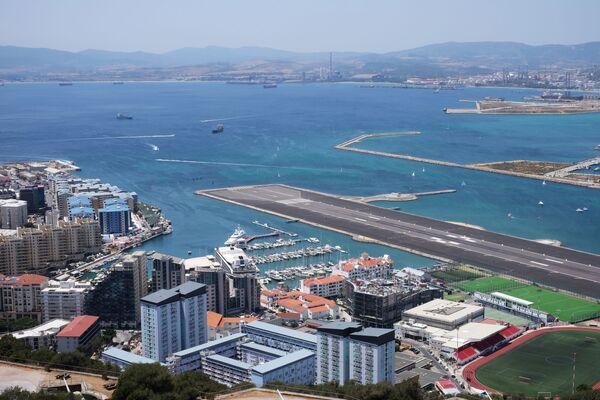 Widok na pas startowy lotniska międzynarodowego w Gibraltarze - Sputnik Polska
