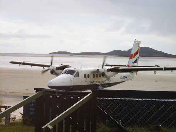 Samolot na pasie startowym na lotnisku szkockiej wyspy Barra - Sputnik Polska