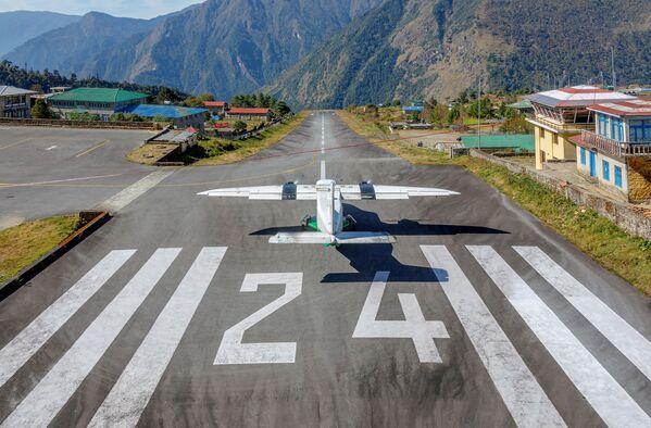 Samolot na pasie startowym na lotnisku Tenzing-Hillary Lukla, Nepal - Sputnik Polska
