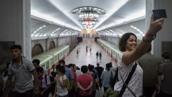 Turyści robią sobie selfie na stacji metro w Pjongjang - Sputnik Polska