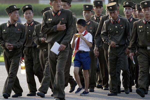 Uczeń wśród żołnierzy w Pjongjangu - Sputnik Polska
