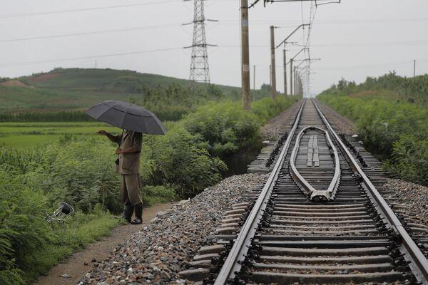 Mężczyzna przy torach w Chongjin, Korea Północna - Sputnik Polska