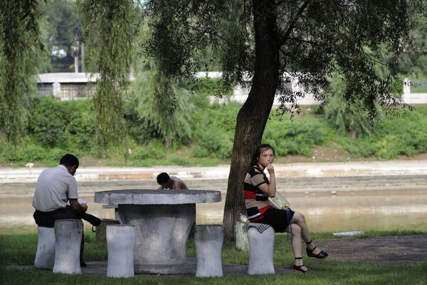 Odpoczynek w parku przy rzece - Sputnik Polska