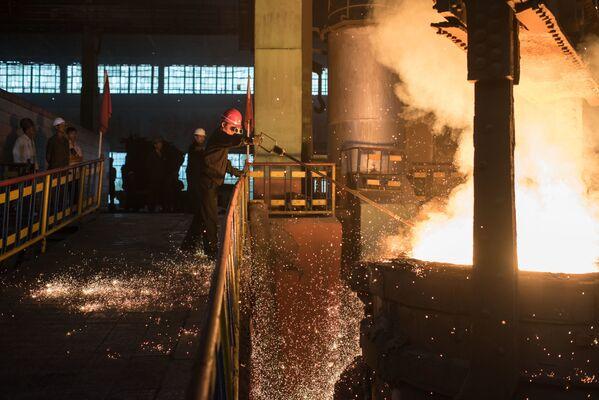 Pracownik zakładu Chollima Steel Complex - Sputnik Polska