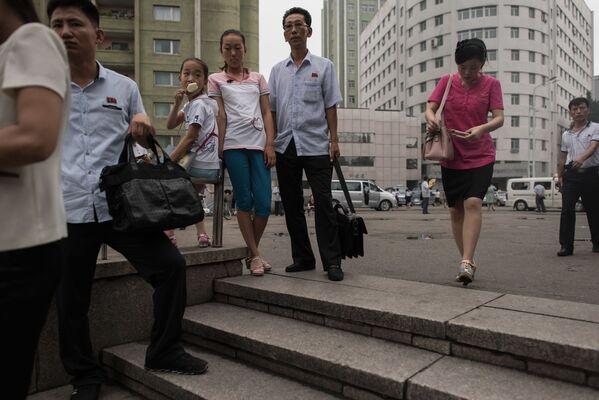 Ludzie wchodzą do metra - Sputnik Polska