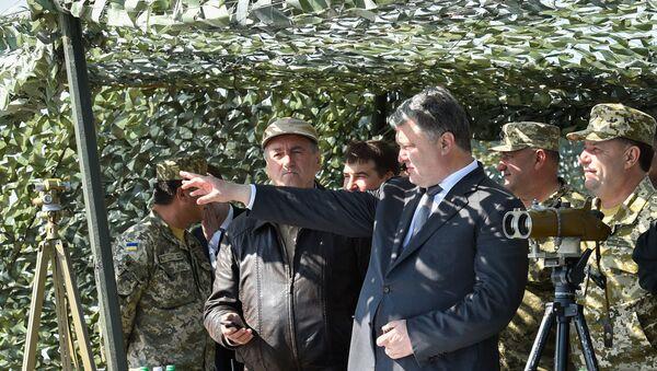 Prezydent Ukrainy Petro Poroszenko na spotkaniu z wojskowymi - Sputnik Polska
