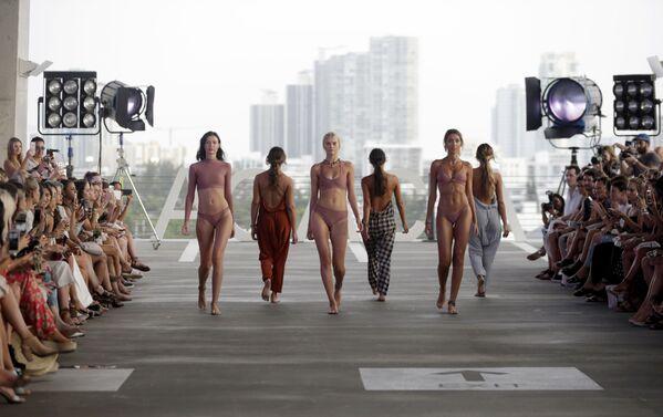 Modelki podczas Tygodnia Mody plażowej Miami Swim Week - Sputnik Polska