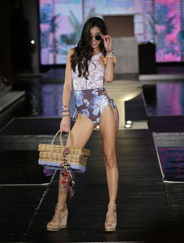Modelka podczas Tygodnia Mody plażowej Miami Swim Week - Sputnik Polska