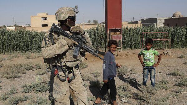 Amerykański żołnierz z syryjskimi dziećmi w Rakce - Sputnik Polska