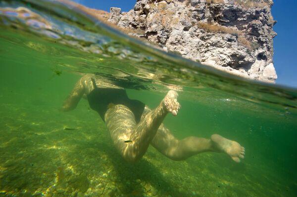 Kobieta pływająca w Morzu Azowskim - Sputnik Polska