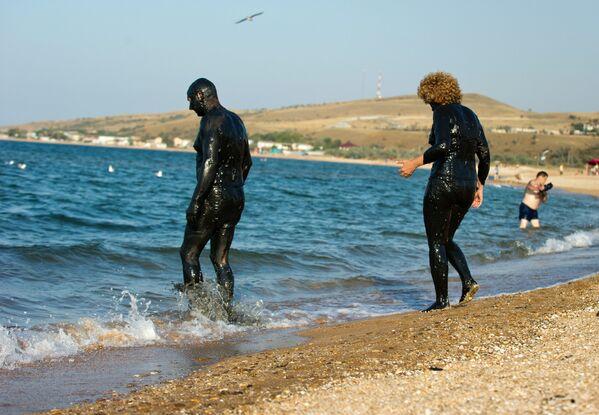 Wczasowicze po kąpieli błotnej w jeziorze Chokrak - Sputnik Polska