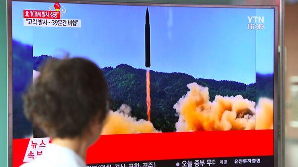 Informacja o wystrzeleniu rakiety balistycznej w KRLD. Na dworcu w Seulu - Sputnik Polska