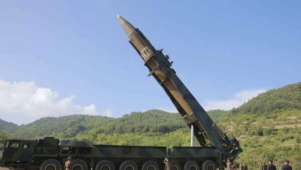 Lider KRLD Kim Dzong Un dokonuje przeglądu rakiety Hwason-14 przed jej przetestowaniem - Sputnik Polska