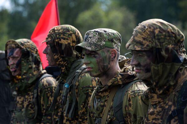 Żołnierze sił zbrojnych Rosji podczas konkursu Najlepszy zwiadowca  w ramach międzynarodowych gier militarnych 2017 - Sputnik Polska