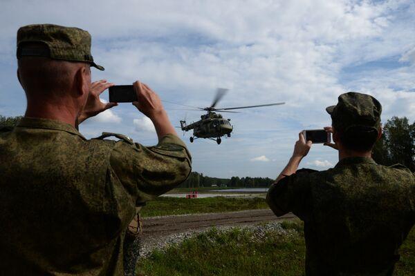 Helikopter Mi-8 transportuje grupę wojskowych podczas konkursu Najlepszy zwiadowca w ramach międzynarodowych gier wojskowa 2017 - Sputnik Polska