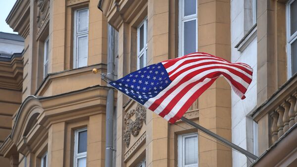 Państwowa flaga Stanów Zjednoczonych na fasadzie ambasady USA w Moskwie - Sputnik Polska