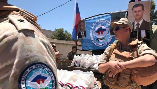 Wojskowi rosyjskiego Centrum ds. Pojednania Stron Konfliktu w Syrii rozdają pomoc humanitarną w Kunajtirze - Sputnik Polska