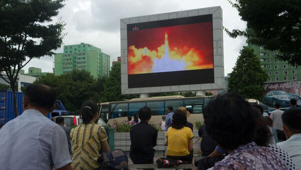 Wiadomości o starcie rakiety balistycznej w KRLD na telebimie w Pjongjangu - Sputnik Polska