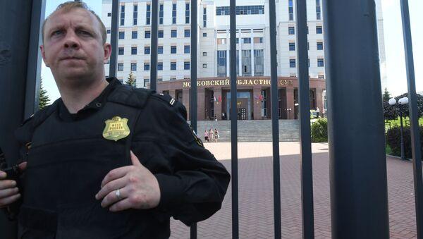 Funkcjonariusz przy budynku sądu okręgowego w podmoskiewskim Krasnogorsku - Sputnik Polska
