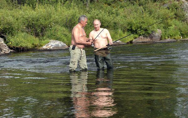 Władimir Putin i Siergiej Szojgu wędkują w górskich jeziorach w Republice Tuwa - Sputnik Polska