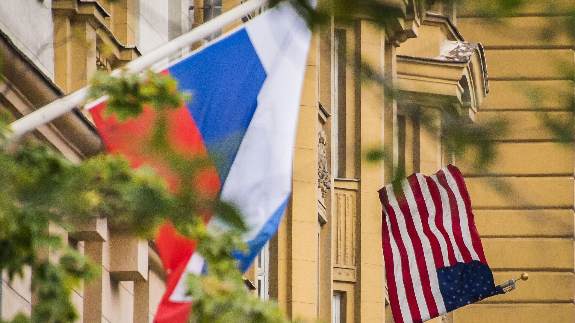 Rosyjska i amerykańska flagi na budynku ambasady USA w Moskwie - Sputnik Polska, 1920, 09.10.2021