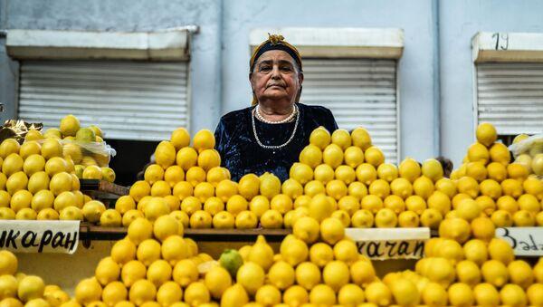 Sprzedawczyni na bazarze 8 kilometr w Baku - Sputnik Polska