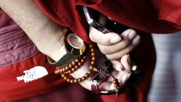 Tybetański mnich z telefonem w Lhasa, Chiny - Sputnik Polska