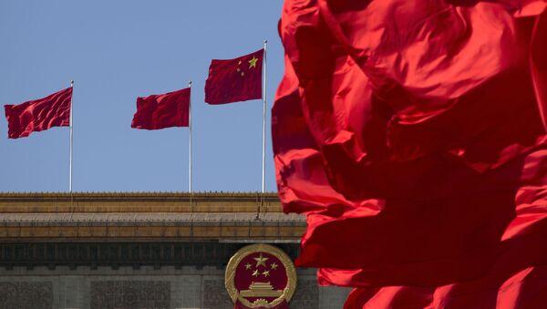 Chińskie flagi nad budynkiem Wielkiej Hali Ludowej w Pekinie - Sputnik Polska