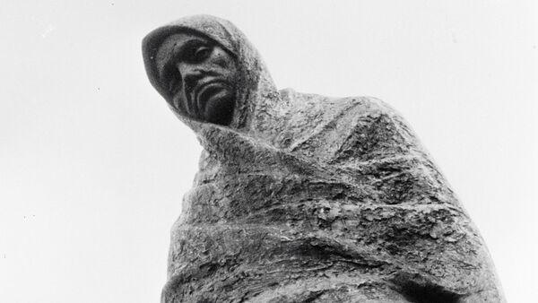 Pomnik rozpaczającej matki w miejscu obozu koncentracyjnego Sachsenhausen - Sputnik Polska