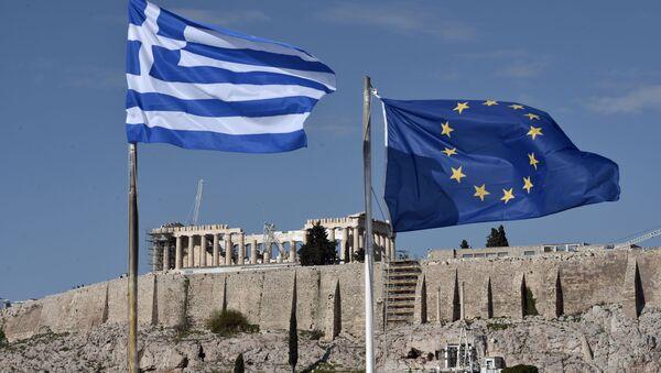 Flag Grecji i UE rozwiewają się przed Akropolem w Atenach - Sputnik Polska