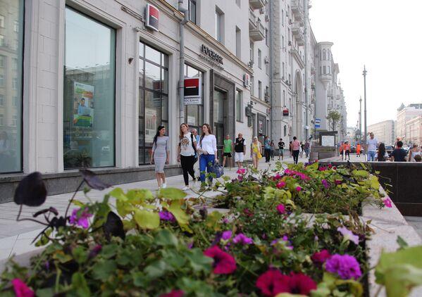 Mieszkańcy na ulicy Twierskaja, która ponownie jest otwarta po rekonstrukcji - Sputnik Polska