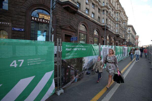 Przechodnie na ulicy Twierskaja w Moskwie podczas rekonstrukcji - Sputnik Polska