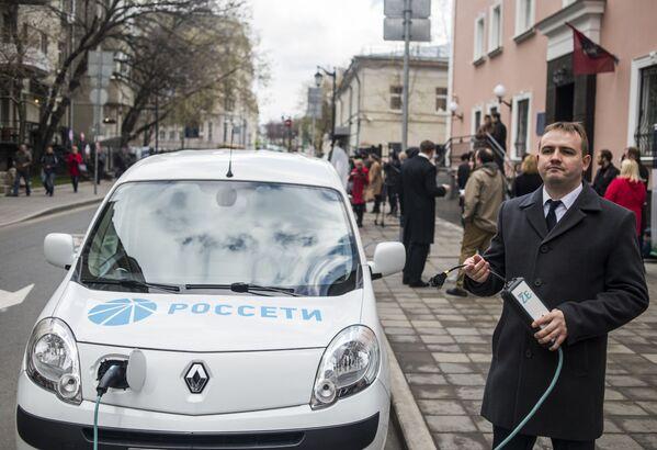 Kierowca ładuje samochód elektryczny na samochodowej stacji ładowania na ulicy Bolszaja Bronnaja w centrum Moskwy - Sputnik Polska