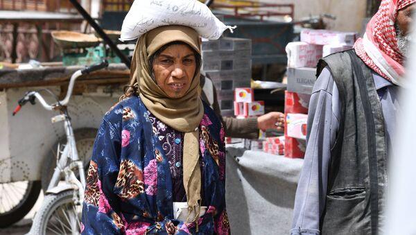 Kobieta na ulicy syryjskiego miasta Dajr az-Zaur - Sputnik Polska