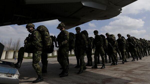 Żołnierze czeskiej armii podczas wspólnych ćwiczeń wojsk NATO The Noble Jump na lotnisku w Pardubicach. Zdjęcie archiwalne - Sputnik Polska