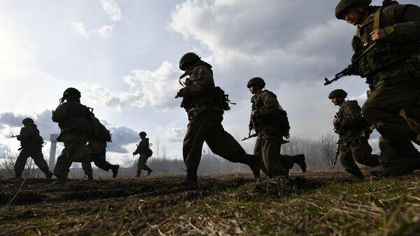 Rosyjscy żołnierze w czasie rosyjsko-białoruskich ćwiczeń grup taktycznych wojsk powietrznodesantowych - Sputnik Polska