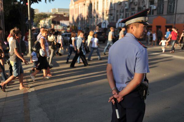 Policjant kieruje ruchem na ulicy Pogranicznaja we Władywostoku - Sputnik Polska