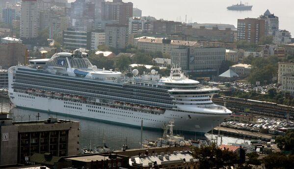 Jeden z największych istniejących obecnie statków pasażerskich Diamond Princess wpływa do portu Władywostoku - Sputnik Polska