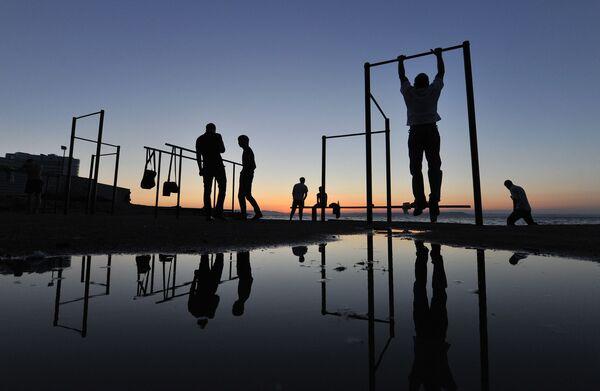 Mieszkańcy uprawiają sport na plaży - Sputnik Polska