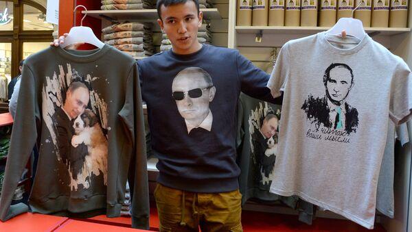 Zdjęcia Władimira Putina na koszulkach - Sputnik Polska
